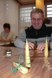 foto - Čaj o třetí pro seniory - výroba svíček